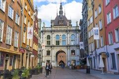 Longue rue de ruelle avec le Golden Gate du 17ème siècle, Danzig, Pologne Photographie stock libre de droits