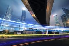 Longue rue passante de nuit d'omnibus de tir d'exposition à Changhaï Image libre de droits