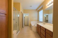 Longue salle de bains principale Photos stock