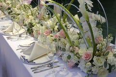 Longue table de salle à manger occidentale avec les roses roses et blanches, adobe RVB photos stock