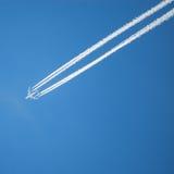 Longue traînée d'avion à réaction Photo stock