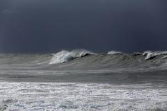Longue vague de mer contre le ciel pluvieux photographie stock