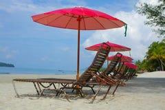 Longues del Chaise sulla spiaggia Immagine Stock Libera da Diritti