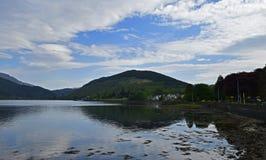 Longues et environnantes montagnes de loch scénique Image libre de droits