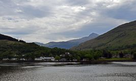 Longues et environnantes montagnes de loch scénique Images libres de droits
