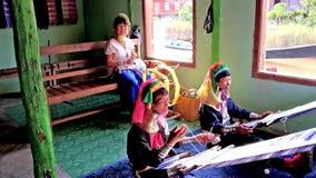 Longues femmes de cou de Kayan dans l'atelier de textile, lac Inle, Myanmar banque de vidéos
