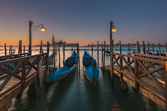 Longues gondoles d'exposition à Venise Images libres de droits