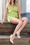 Longues jambes d'un modèle attrayant image stock