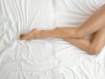 Longues jambes de femme avec la peau molle lisse Fermez-vous de la femelle avec les jambes soyeuses saines parfaites p?lent apr?s image libre de droits