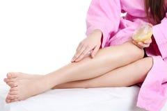 Longues jambes de femme d'isolement sur le blanc Images libres de droits
