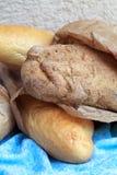 Longues miches de pain faites à partir de la farine blanche et de la farine de seigle i Images libres de droits