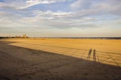 Longues ombres sur la plage Photo stock