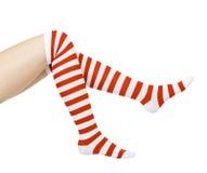 Longues pattes dans les chaussettes rouges et blanches Photographie stock libre de droits