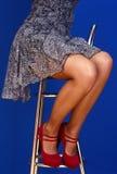 Longues pattes minces de femme Image stock