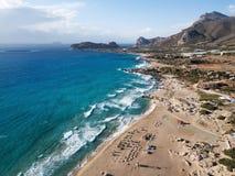 Longues vagues de mer à la plage de Falasarna, île de Crète, Grèce images stock