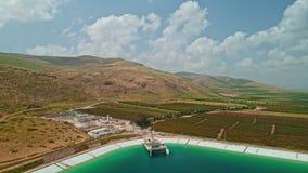 Longueur aérienne d'un grand réservoir d'eau en Israël du nord banque de vidéos