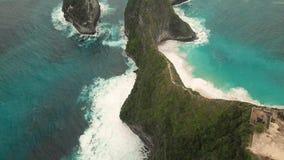 Longueur aérienne de baie de Manta ou plage de Kelingking sur l'île de Nusa Penida, Bali, Indonésie banque de vidéos