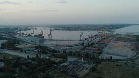 Longueur aérienne de bourdon Volez au port de récipient de l'Ukraine à la soirée clips vidéos