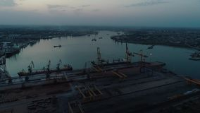 Longueur aérienne de bourdon Volez autour du port de récipient de l'Ukraine à la soirée clips vidéos