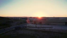 Longueur aérienne de l'usine BRITANNIQUE d'avions de Boeing devant un beau coucher du soleil banque de vidéos