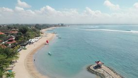 Longueur aérienne de la belle plage de Sanur et la ville à l'arrière-plan dans Bali Indonésie banque de vidéos
