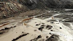 Longueur aérienne de la terre de sable, de l'argile et des pierres, en avant avance de caméra banque de vidéos