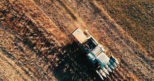Longueur aérienne de moissonneuse rassemblant la récolte, moissonnant les champs clips vidéos