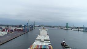 Longueur aérienne de navire porte-conteneurs de cargaison sur la PA du fleuve Delaware Philadelphie banque de vidéos