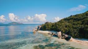 """Longueur aérienne du bourdon 4k de stupéfier Anse plage argentée de source D exotique """"sur l'île de Digue de La, Seychelles clips vidéos"""