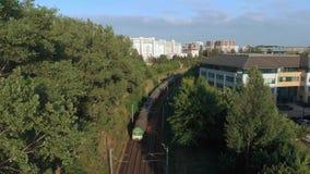 Longueur aérienne du train dans la zone urbaine clips vidéos