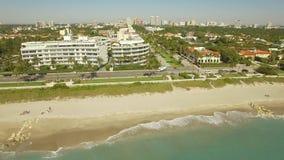 Longueur aérienne Volant au-dessus du Palm Beach, de l'endroit de luxe pour vivre et des vacances clips vidéos