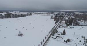 Longueur aérienne Voler au-dessus de la rivière en hiver banque de vidéos