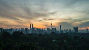 longueur cinématographique du Time Lapse 4K d'horizon de ville de Kuala Lumpur au lever de soleil avec les cieux colorés banque de vidéos