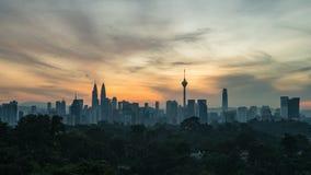 longueur cinématographique du Time Lapse 4K d'horizon de ville de Kuala Lumpur au lever de soleil avec les cieux colorés clips vidéos