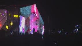 Longueur d'une foule faisant la fête à un concert banque de vidéos