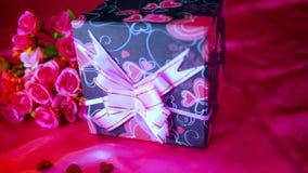 Longueur de bouqet de fleur, bougie brûlant, et décoration Valentine banque de vidéos