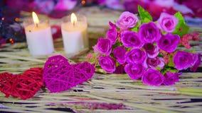Longueur de décoration Valentine avec la combustion de bouquet et de bougie banque de vidéos