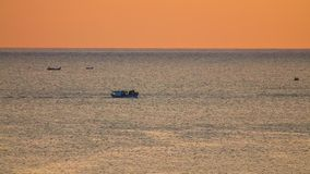 Longueur de déplacement du bateau de pêche de lever de soleil orange HD banque de vidéos