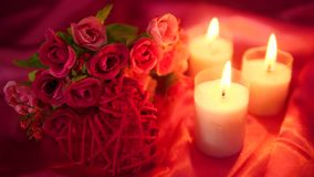 Longueur de dater romantique avec la combustion de bouquet et de bougie de fleur Jour de Valentine banque de vidéos