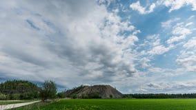 Longueur de Hyperlapse de beaux nuages au-dessus du champ vert banque de vidéos