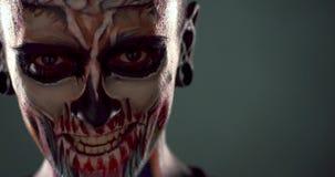 Longueur de l'homme avec le visage squelettique effrayant banque de vidéos