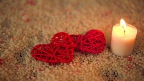 Longueur de la décoration et de la bougie de coeur brûlant sur le sable Jour de Valentine clips vidéos