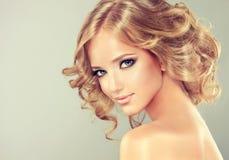 Longueur de milieu de coiffure images stock