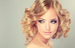 Longueur de milieu de coiffure images libres de droits