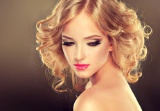 Longueur de milieu de coiffure photos stock
