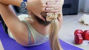 Longueur de mouvement lent de la jeune femme employant le traqueur de forme physique sur son poignet avant de faire des exercices banque de vidéos