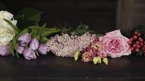 Longueur de panorama d'un grand choix de belles fleurs de différents couleurs et types indoors banque de vidéos