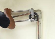 Longueur de recourbement de technicien du tuyau de cuivre Image stock