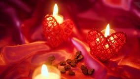 Longueur de Saint Valentin de décoration avec la combustion de fleur et de bougie banque de vidéos