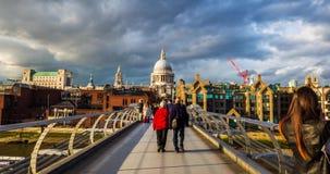 longueur de temps-faute de 4K Hyperlapse au sujet des personnes marchant au-dessus du pont de millénaire vers la cathédrale du `  clips vidéos